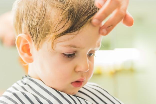 理髪店の小さな男の子