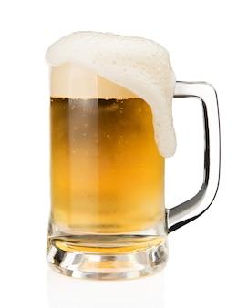 白い背景にあるガラスに泡沫のビールのマグカップ