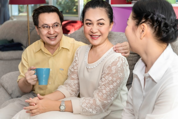 特別養護老人ホームで話している上級アジアの引退した友人のグループ。