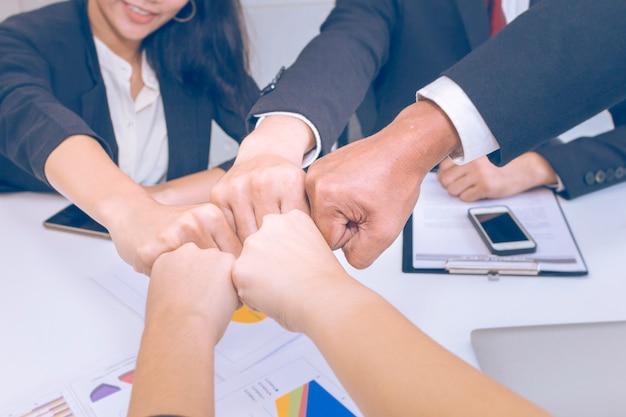 シニアマネージャーの考え、オフィスでのビジネスチームワークとの出会い