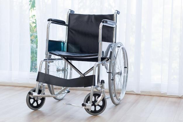 Инвалидные коляски ждут службы в больничной палате.