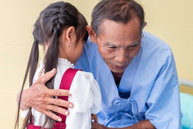 子供の抱擁、安心して病院で彼女の上級の患者の男性について議論します。