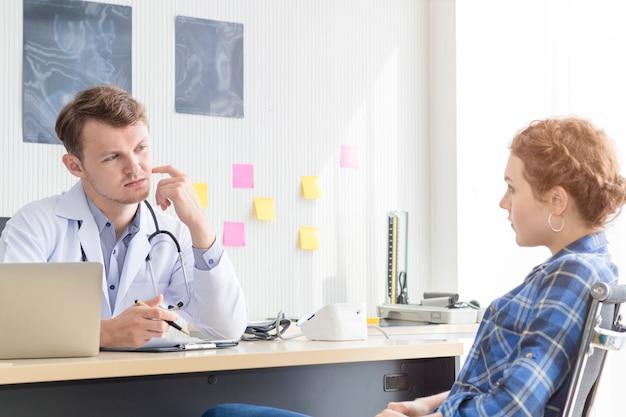 白人男性を安心させ、若い女性と話してストレス患者。