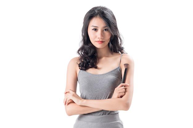 Жизнерадостная молодая женщина носить легкое платье стоя и позирует