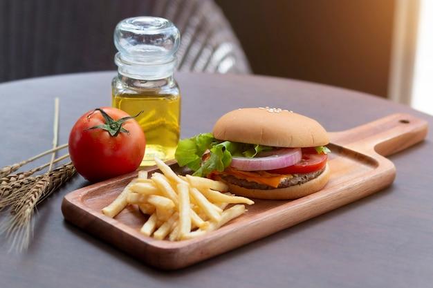 自家製ハンバーガーとフライドポテトの木製のテーブル。