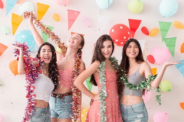 Молодые красивые женщины празднуют праздник партии и танцы.