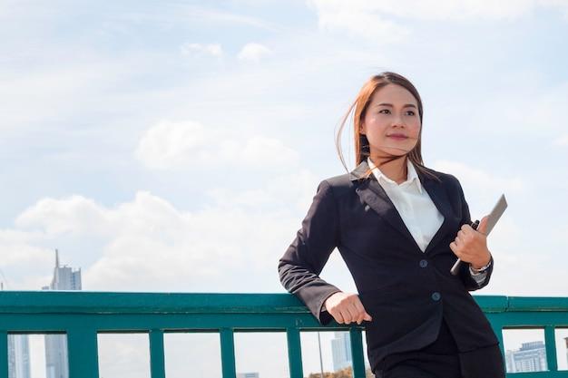 美しいビジネスマネージャー女性笑顔と成功の仕事について考える