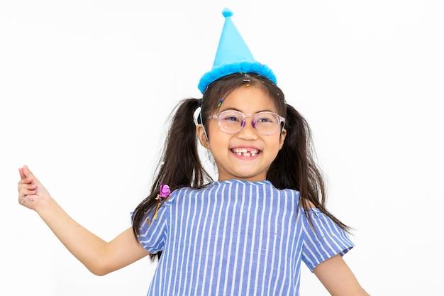笑顔で面白い白い背景の上の子供の女の子の肖像画