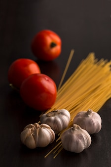 木のトマト、ニンニク、生スパゲッティ。