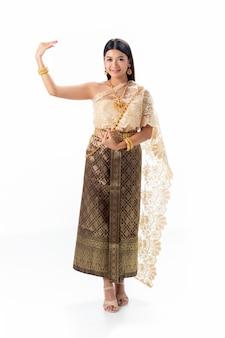 Танцы красивой женщины тайские в национальном традиционном костюме таиланда
