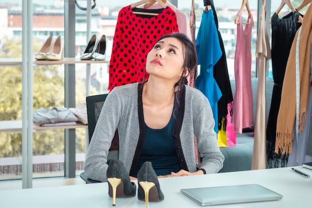 Молодая азиатская дружелюбная девушка в прямом эфире видеоблог и распродажа обуви в интернет-магазинах