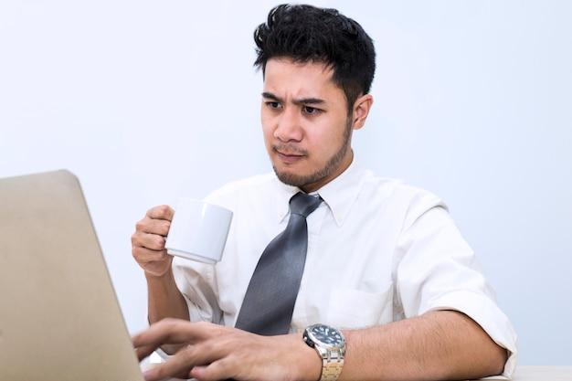 彼はオフィスで緊張し、心配します。男の手はコンピューターのキーボードで入力します。