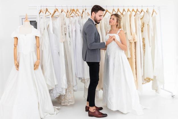 結婚式のスタジオで白人のダンスと冗談の新郎新婦カップル。