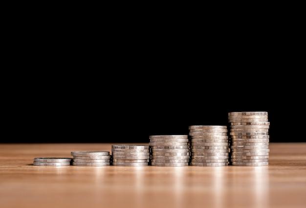 Бизнес-концепция стека монет для экономии денег на инвестициях