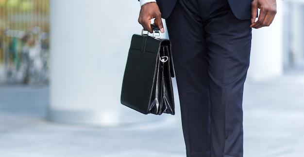 彼のブリーフケースを持っているビジネスマンの詳細