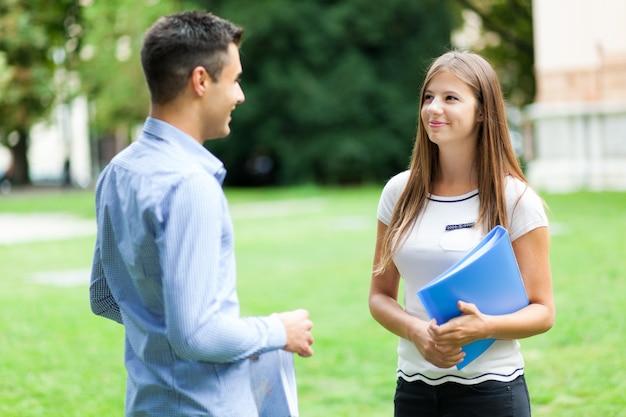 一緒に話す学生のカップル