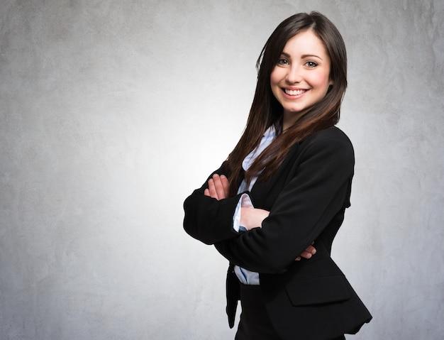 美しい笑顔の女性、灰色のグランジの背景の肖像