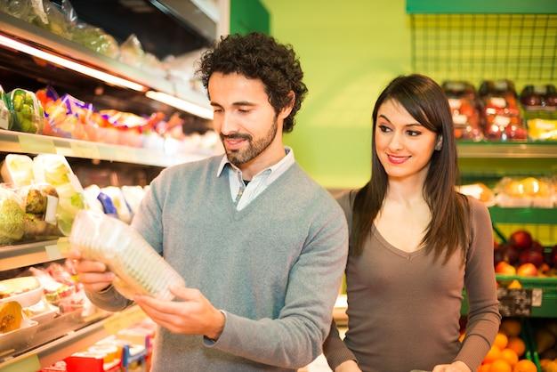 若い、カップル、買い物、スーパーマーケット