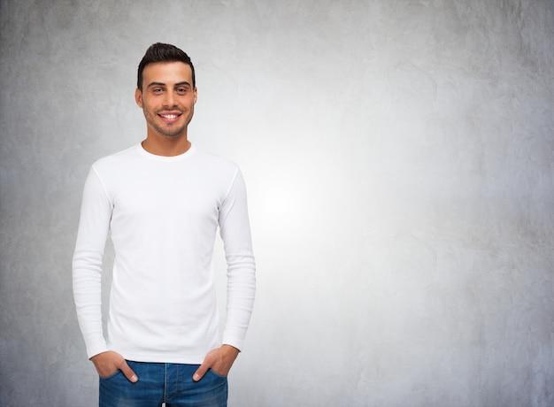 Человек, одетый в пустую рубашку с длинными рукавами