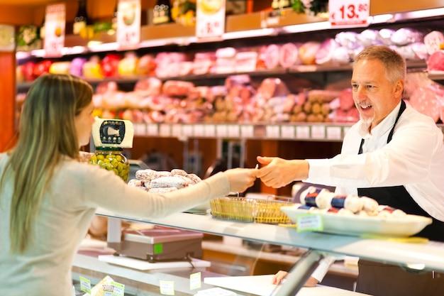 Женщина покупки в супермаркете
