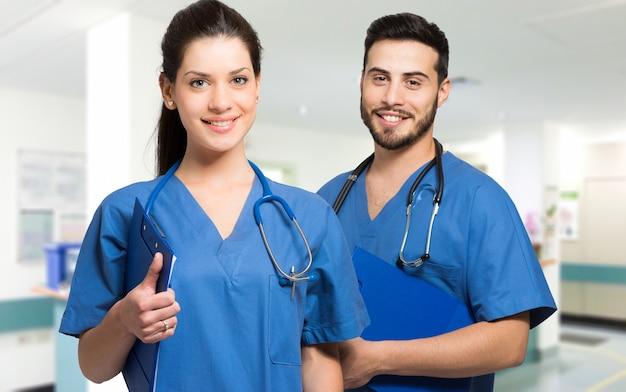 Улыбающиеся врачи со стетоскопом