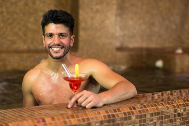 Человек, расслабляющий в термальной ванне