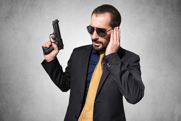 銃を持っている男