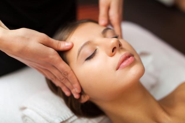 Красивая женщина с массажем головы