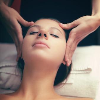 Женщина с массажем