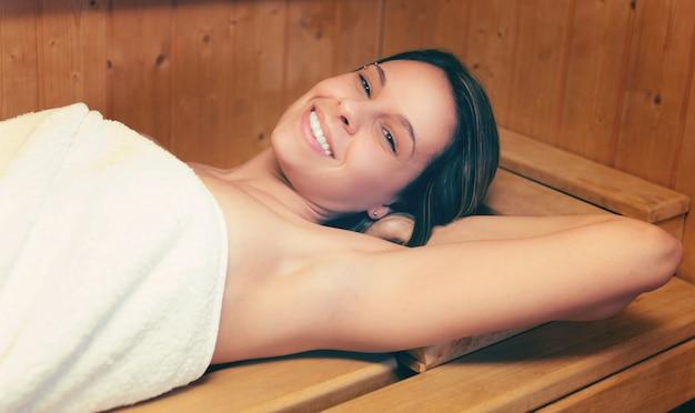 Женщина отдыхает в сауне