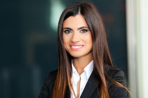 笑顔若いビジネス女性