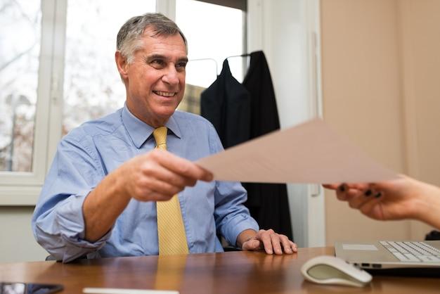 ボスは就職インタビュー中に履歴書を取る