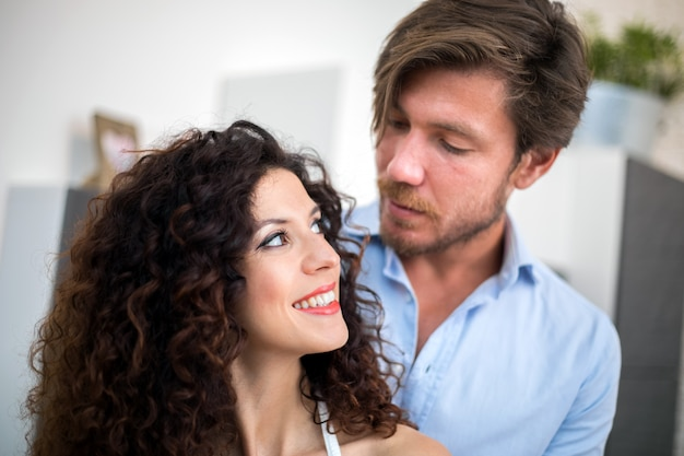 Молодая пара смотрит глубоко в глаза
