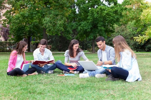屋外で勉強している学生のグループ