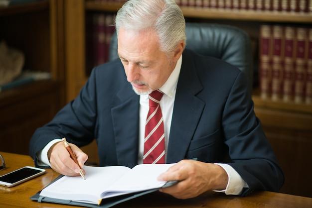 彼のスタジオで本を読むビジネスマン