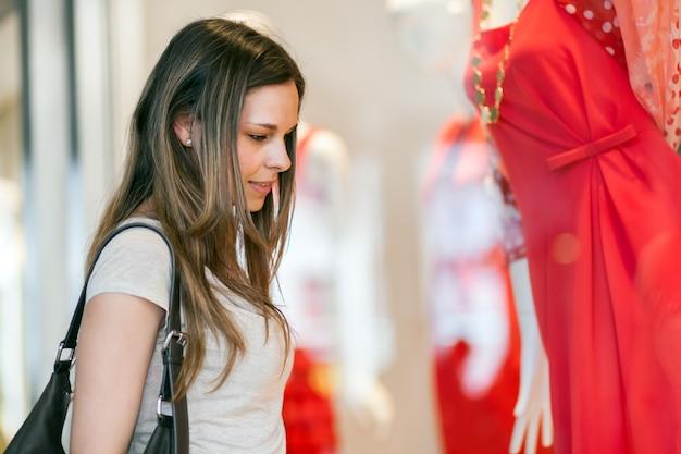 若い女性が街で買い物