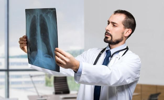 胸部レントゲン写真を調べる医師