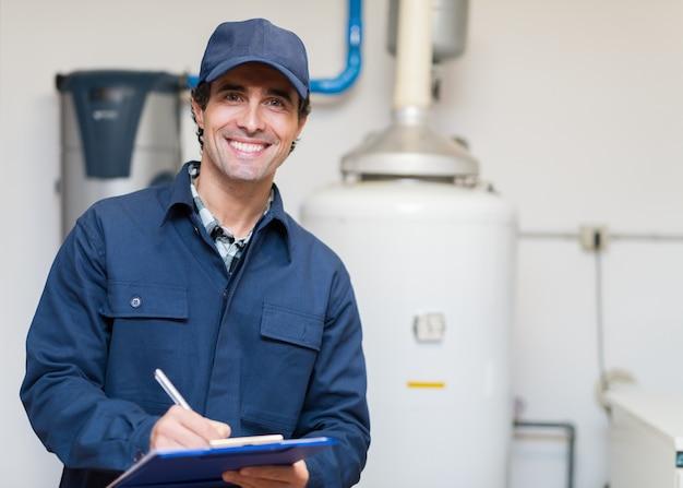 湯沸かし器をサービスする技術者