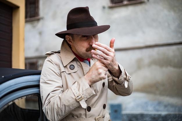 Старинный детектив курит сигарету в городской трущобе