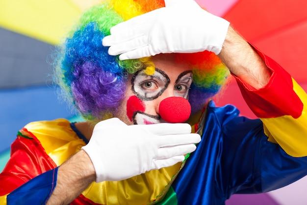 Смешной клоун в красочном