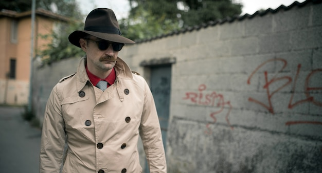 Сыщик-шпион, гуляющий по городу