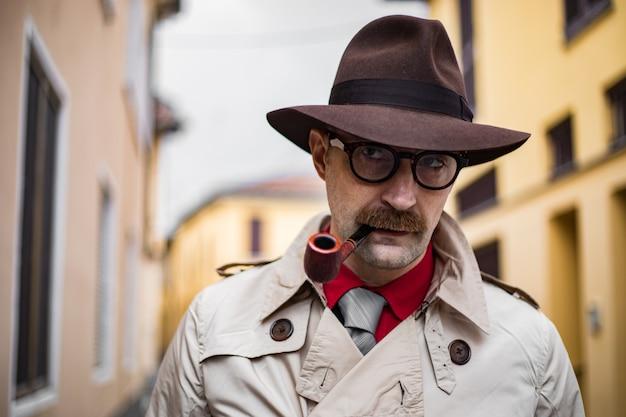 Старинный детектив курит трубку на улице в безобразной обстановке