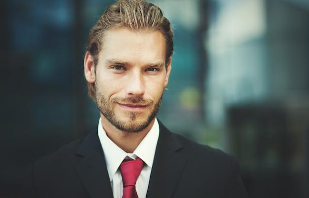Красивый бизнесмен открытый