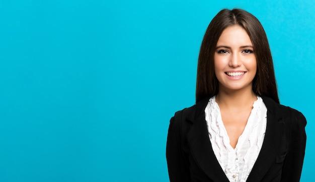 Улыбающаяся деловая женщина на синем фоне