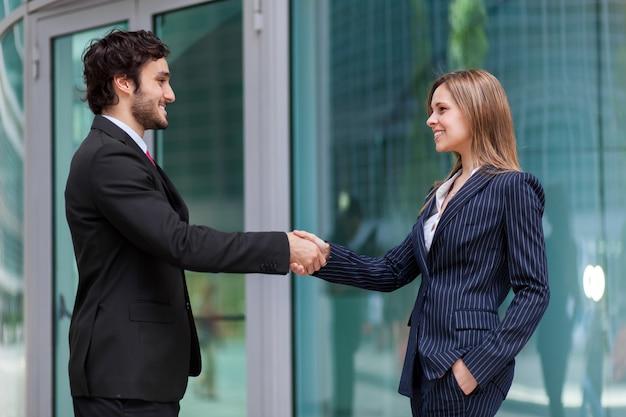 屋外、会議および契約の概念のビジネスマンハンドシェーク