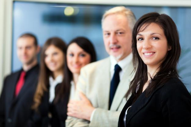近代的なオフィスのビジネス人々のグループ