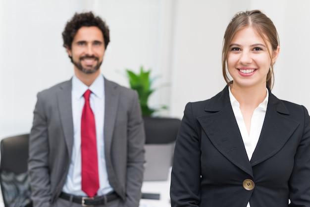 彼らのオフィスの若いビジネス人々の肖像画