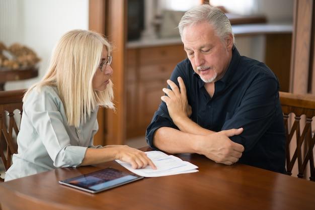 一緒に生活費を計算する年配のカップル