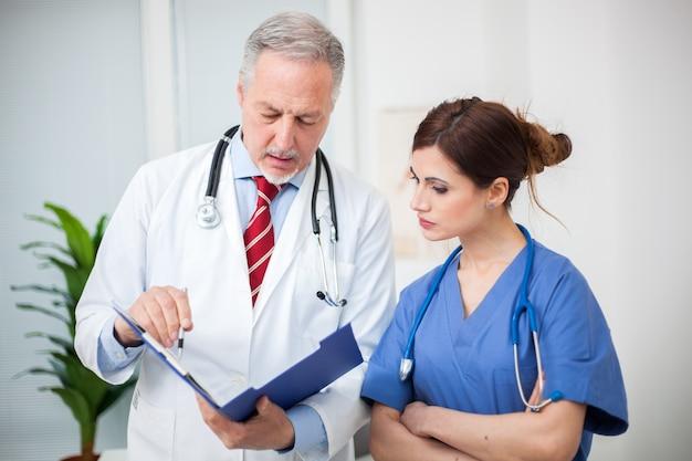 Старший врач и медсестра портрет говорить