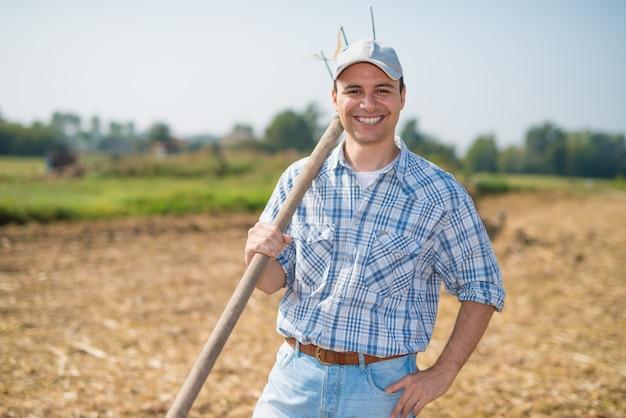 フィールドの前の農家